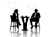 Affärsman och affärskvinna som talar på tabellen som dricker cof Royaltyfria Bilder
