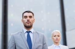 Affärsman och affärskvinna utomhus Arkivfoto