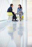 Affärsman- och affärskvinnamöte i modernt kontor Arkivbild