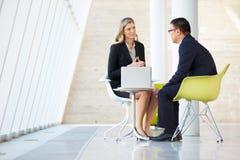 Affärsman- och affärskvinnamöte i modernt kontor Arkivbilder