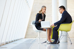 Affärsman- och affärskvinnamöte i modernt kontor Royaltyfri Fotografi