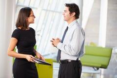 Affärsman och affärskvinnor som har möte i regeringsställning Arkivfoto