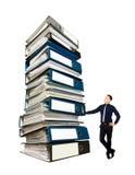 Affärsman och en bunt av kontorsmappar, begrepp Arkivbilder