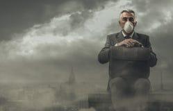 Affärsman och förorenad stad royaltyfri bild