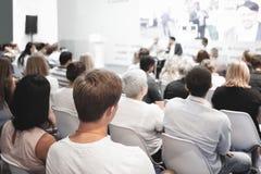 Affärsman och folk som lyssnar på konferensen Se mer i min portfölj Royaltyfri Foto