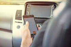 Affärsman- och hålltelefon i bil arkivbild