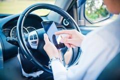 Affärsman- och hålltelefon i bil Arkivfoton