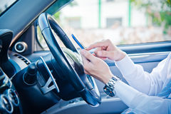 Affärsman- och hålltelefon i bil Fotografering för Bildbyråer