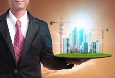 Affärsman och högt byggnadskonstruktionsprojekt för verklig es royaltyfria foton