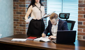 Affärsman och hans assistentsekreterare i hans kontor Secren Arkivbilder