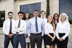 Affärsman och kollegor för blandat lopp utomhus, stående royaltyfria bilder