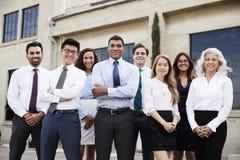 Affärsman och kollegor för blandat lopp utomhus, stående royaltyfri fotografi