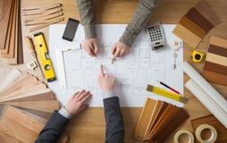 Affärsman och konstruktionstekniker som tillsammans arbetar arkivbild