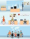 Affärsman och kvinna i inre kontorsbyggnad Arkivbilder