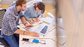 Affärsman och kvinna som arbetar samman med kopieringsutrymme Arkivfoton