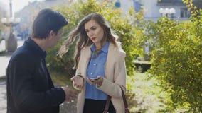 Affärsman och kvinna som har det utomhus- mötet och konversation Skjutit i 4k stock video
