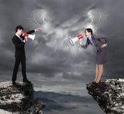 Affärsman och kvinna som till varandra ropar Royaltyfri Bild