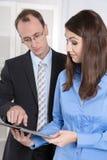 Affärsman och kvinna som tillsammans arbetar - möte på kontoret Royaltyfri Foto