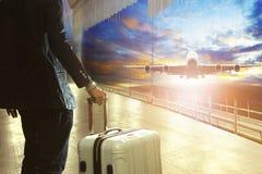Affärsman och resande bagage i slutlig byggnad för flygplats royaltyfri foto