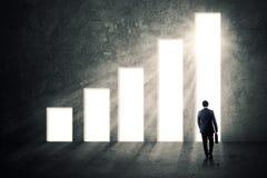 Affärsman och stigande finansiell graf Royaltyfria Bilder