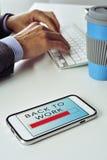 Affärsman och text tillbaka som arbetar i en smartphone royaltyfri fotografi