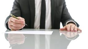 Affärsman omkring som undertecknar det viktiga dokumentet Arkivfoton