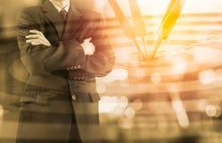 Affärsman på den finansiella digitala aktiemarknaden och pilbackgrou Arkivfoto