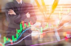 Affärsman på den finansiella digitala aktiemarknaden och pilbackgrou Royaltyfri Foto
