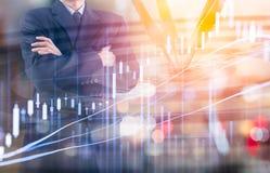 Affärsman på den finansiella digitala aktiemarknaden och pilbackgrou Arkivbild