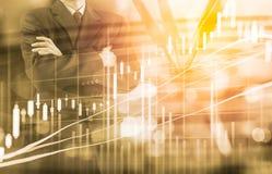 Affärsman på den finansiella digitala aktiemarknaden och pilbackgrou Arkivbilder