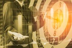 Affärsman på den finansiella digitala aktiemarknaden och pilbackgrou Royaltyfri Bild