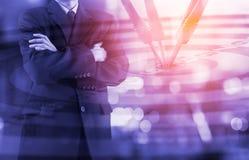 Affärsman på den finansiella digitala aktiemarknaden och pilbackgrou Royaltyfri Fotografi