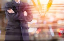 Affärsman på den finansiella digitala aktiemarknaden och pilbackgrou Royaltyfria Foton