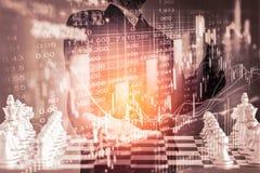 Affärsman på den finansiella digitala aktiemarknaden och schackbackgro Royaltyfri Fotografi