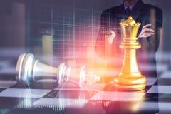 Affärsman på den finansiella digitala aktiemarknaden och schackbackgro Royaltyfri Bild