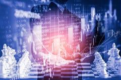 Affärsman på den finansiella digitala aktiemarknaden och schackbackgro Arkivbilder