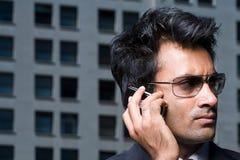 Affärsman på den mobila telefonen royaltyfria bilder
