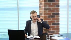 Affärsman på funktionsdugligt utrymme genom att använda telefonen lager videofilmer