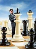Affärsman på schackbrädet Arkivbild