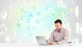 Affärsman på skrivbordet med det gröna ordmolnet Royaltyfri Foto