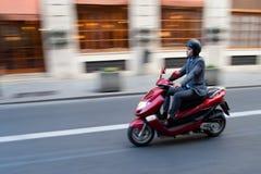 Affärsman på sparkcykeln Arkivfoto