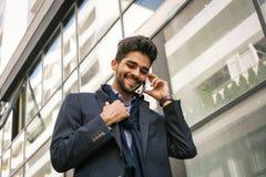 Affärsman på stadsgatan som har konversation på smart ph royaltyfri fotografi
