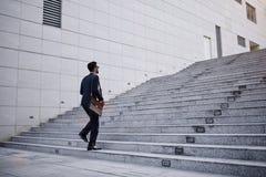 Affärsman på trappa arkivbild
