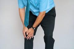 Affärsman Pain i knä av en man royaltyfria bilder