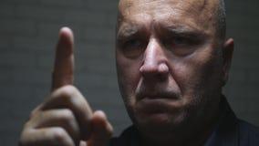 Affärsman Portrait Warning med gester för en hand som pekar med fingret royaltyfri fotografi