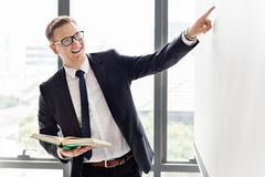 Affärsman Presentation Company Leader som förklarar begrepp arkivfoton