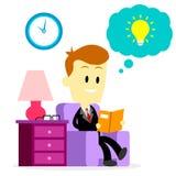 Affärsman Reading en bok som förbättrar expertis Royaltyfri Bild