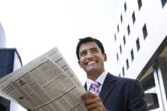 Affärsman Reading Newspaper Outdoors arkivfoton