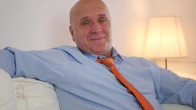 Affärsman Relaxing på Sofa Smiling Happy till kameran arkivfilmer
