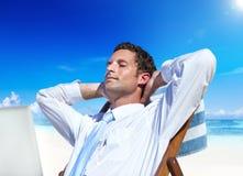 Affärsman Relaxing på strandbegreppet arkivbilder